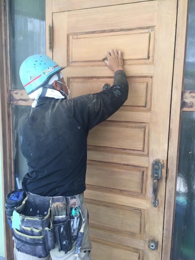 正面扉の改修工事  木製扉の修繕の画像