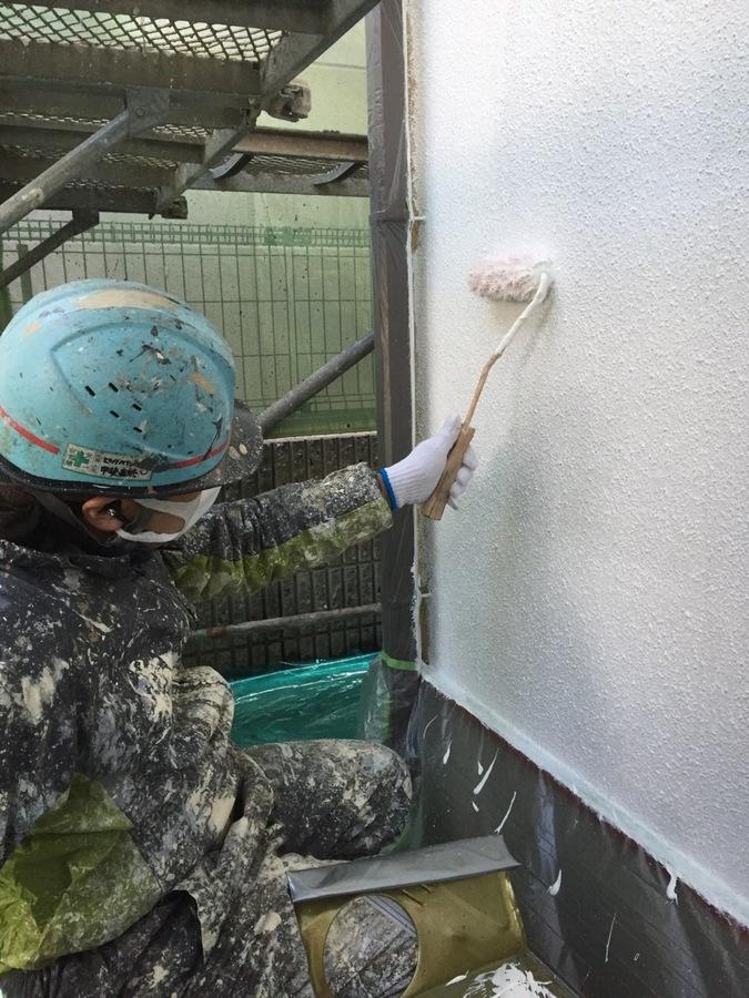 3.6箕面市 小立様邸 外壁下塗り作業.JPG